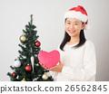 ผู้หญิงที่มีต้นคริสต์มาสและหัวใจสีชมพู 26562845
