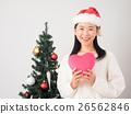 ผู้หญิงที่มีต้นคริสต์มาสและหัวใจสีชมพู 26562846