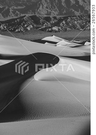 死亡谷國家公園內美麗的梅斯基平坦沙丘日出時的景緻 白黑版 26567933