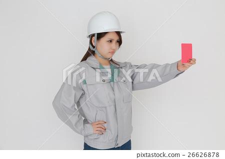 레드 카드를 가진 헬멧 작업복 여성 26626878