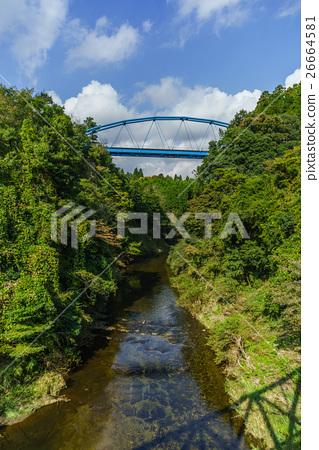 從在Yoro谷的鮑橋樑看的風景在秋天 26664581