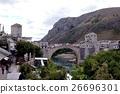 ネレトヴァ川沿いの土産物屋が並ぶモスタルの旧市街 26696301