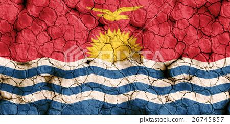 乾裂土壤上的吉里巴斯國旗特寫紋理背景(高分辨率 3D CG 渲染∕著色插圖)飢荒乾旱自然災害 26745857