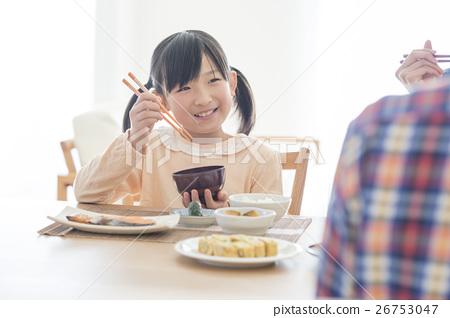 一个吃早餐的女孩 26753047
