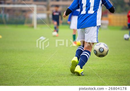男孩在玩足球形象 26804178