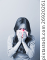 A Woman catches a cold 26920261