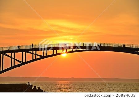 台灣澎湖的美麗風景澎湖觀音亭虹橋在夕陽照射下的人影 26984635