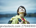女性 トレッキング 湖 27046900