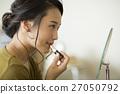 메이크업을하는 젊은 여성 27050792