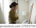 거울을보고 젊은 여성 27050794