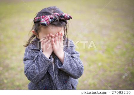 女孩用手遮住臉 27092210