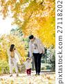 가을의 공원을 걷는 세 가족 27118202
