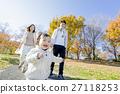 가을의 공원에서 노는 3 명의 가족 27118253