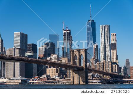 紐約和布魯克林大橋的摩天大樓白天 27130526