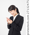 宜人的女商人看智能手機 27132475