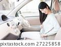 안전 벨트를 확인하는 여성 27225858