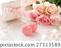 桃紅色心形的蛋白杏仁餅乾和桃紅色玫瑰花束和禮物 27313589