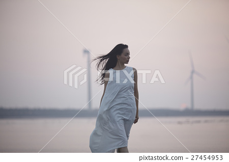 一個年輕成年女性 女生 女孩 27454953