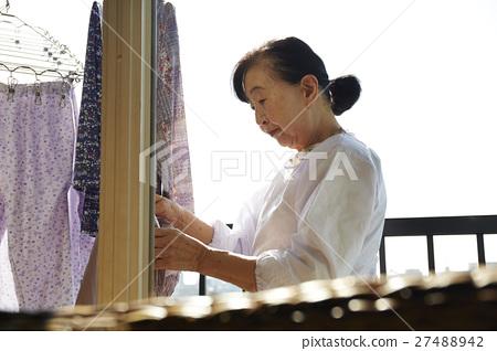 獨居的婦女住老人洗衣房 27488942