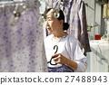 獨居的婦女住老人洗衣房 27488943