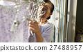 獨居的婦女住老人洗衣房 27488957