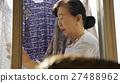 獨居的婦女住老人洗衣房 27488962