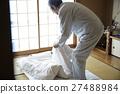 折疊鋪設被褥的老年男性的男人 27488984