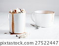 hot chocolate with mini marshmallows 27522447