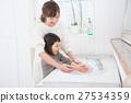 一起洗手的母親和女兒 27534359
