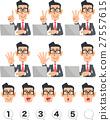 손가락으로 숫자를 나타내는 안경을 쓴 사업가와 노트북 27557615