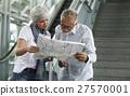 Senior couple traveling around the city 27570001