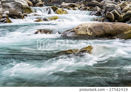 在岩石中流動的溪水 27582419