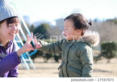 母親和孩子孩子們在冬天玩耍 27597873