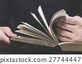 男性手阅读体书,身体部位 27744447