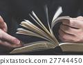 本を読む男性の手,ボディーパーツ 27744450
