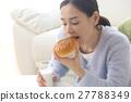 ผู้หญิงกำลังกินอาหาร 27788349