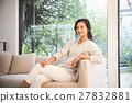 女性 坐下 坐著 27832881