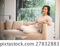 女性 坐下 坐著 27832883
