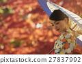 灿烂的秋叶和和服女性肖像 27837992