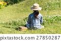 野原の女性 27850287