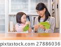 幫助在廚房做飯的母親的女孩 27886036