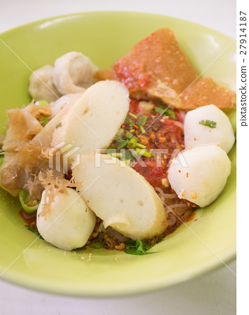 noodle with fish ball 27914187