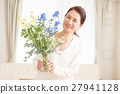 Middle aged women who live beautiful flowers in the living room 27941128