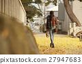 单独在区域内行走的妇女独自旅行 27947683