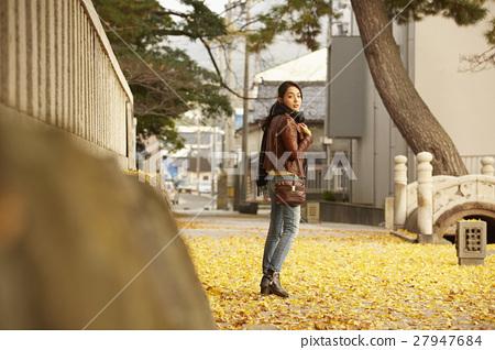 单独在区域内行走的妇女独自旅行  27947684