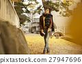 单独在区域内行走的妇女独自旅行 27947696
