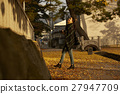 单独在区域内行走的妇女独自旅行 27947709