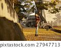 单独在区域内行走的妇女独自旅行 27947713
