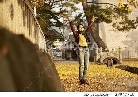 单独在区域内行走的妇女独自旅行 27947719