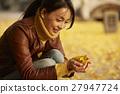 单独在区域内行走的妇女独自旅行 27947724